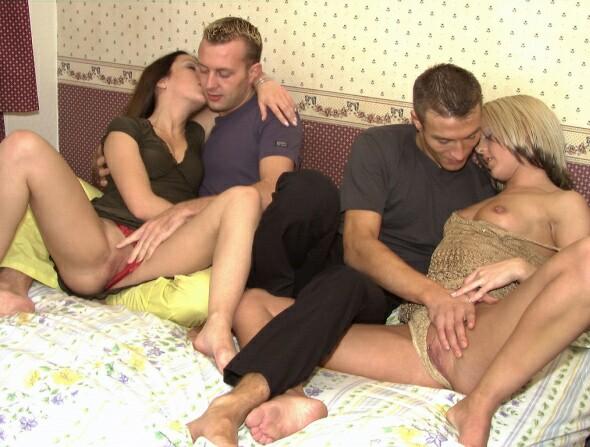 секс видео два мужика пригласили девушку в гости лайн представлены